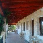 le camere, ognuna con stendipanni e patio esterno arredato