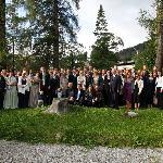 Die ganze Hochzeitsgesellschaft in bester Laune im Hotelpark zum Erinnerungsbild vereint.