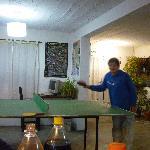 Jugando Ping Pong en el hostel