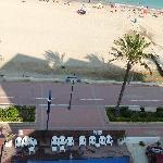 Piscina + paseo marítimo + playa (desde la terraza)