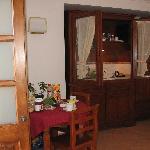 Il tavolo e l'angolo cottura dell'appartamento Minerva