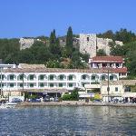 Blick auf das alte Fort links der Hafenausfahrt