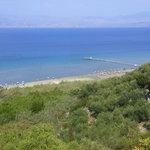 Blick von der Küstenstraße hinunter auf den Kalamaki- Strand
