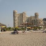 Am Strand mit Blick auf Residence-Hotel