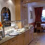 De vernieuwde eetzaal met buffet