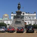Blick vom Denkmal für Zar Nikolaus II auf das Parlament