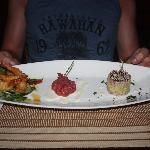 Voorgerecht, trio met garnalen, tonijntartaar en knapzakje van carpaccio gevuld met huisgemaakte