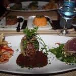 Hoofdgerecht: trio van garnalen, ossehaas en tonijn, vergezeld door rijst met pompoen en tartaar