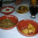 Da Leonidas: caper salad, tzatziki, fagottini di formaggio e involtino