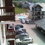 vue du balcon, on voit la piscine et le reste de la résidence.