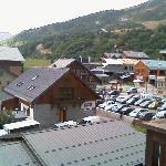 En bas, le toit du parking couvert. Le chalet du milieu, c'est la supérette et  la boucherie. Le