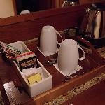 ソフィテル・ロンドンヒースロー、客室備え付けの電気ケトル、紅茶、コーヒー。