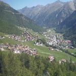 Blick auf Sölden aus der Kabinenbahn; im Mittelgrund das Alpenhotel Grüner