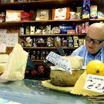 Nära till mysiga mataffärer för godaste ostar, pasta och smakfulla grönsaker.