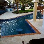 Swim up and pool/bar