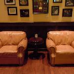 お店入口のソファーです。店内の雰囲気はとても良いです。