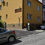 Edificio, con pequeño parking exterior y a unos 100 metros de la parada del tranvía