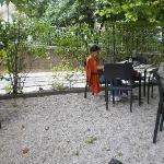 Mesas al aire libre en una hermossa glorieta arbolada
