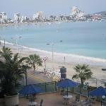 Vista de la playa desde la piscina del hotel