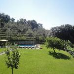 Uitzicht vanaf de kamer op zwembad