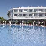 vue de la piscine et une partie de l'hôtel