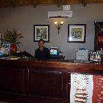 La réceptionniste (très chaleureuse et accueillante)