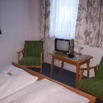 Fernseher und Stühle