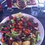 La Salade de poulet caramélisé au miel, pommes et roquefort,