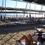 Überdeckte Liegeplätze mit Blick zum Meer