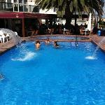 La piscina con los chorritos y el jacuzzi