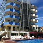 Las terrazas azules son del Sunday's las de la derecha es el hotel anexo Hey