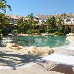 La piscina esterna con zone idromassaggio