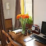 Schreibtisch mit PC und Internet