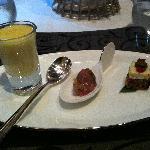 レストランの前菜。レンゲの上に乗ったマグロのたたきが美味しい!