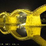 黄金色に輝く錦帯橋です。