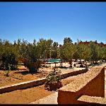 El hotel visto desde el desierto (pisando las dunas)