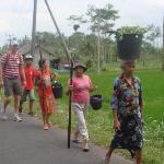 We stop for see the local people after work in the rice fields