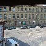 Utsikt fra hotellrommet, man kan se trikkestoppen