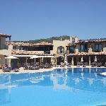 Restaurant et bar ouverts sur la piscine