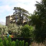 Vistas al Parador, su jardín y su piscina