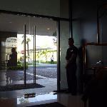 puerta de acceso y Fernando un botones de lujo!!!