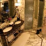 King Luxury River Suite Bathroom