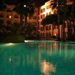 Vista nocturna piscina principal