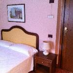 camera - notate la posizione del comodino addossato alla porta