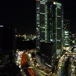 夜の眺め。電通ビルが見えます。