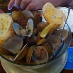 clams in garlic sauce with garlic bread