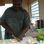 mister brown prepara ottima insalata di conk a port lucaya