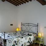 L'ampia camera matrimoniale dell'appartamento Olivo