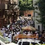 caminando hacia la mezquita