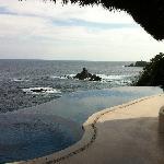 Vista de la alberca y el mar desde el restaurante.